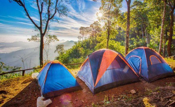 tri satora za kampovanje u sumi